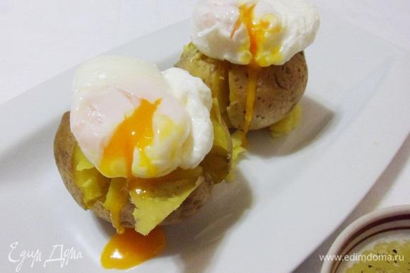 Сверху на картофель аккуратно выложить яйца.