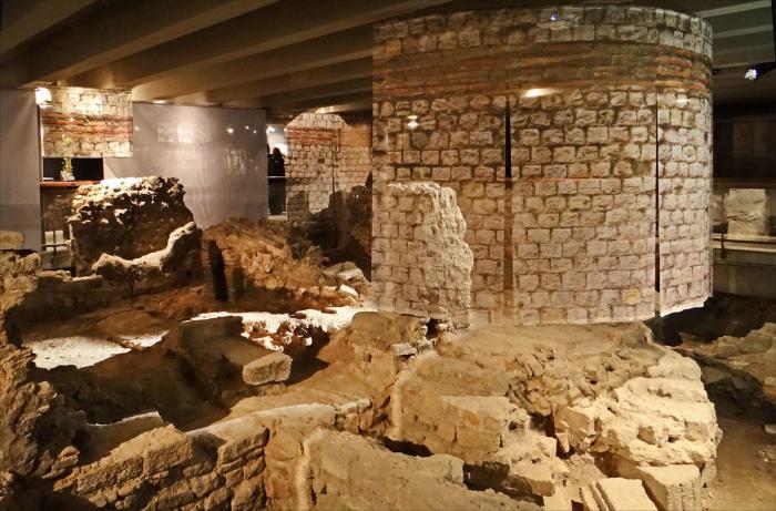 Археологическая крипта собора Нотр-Дам.
