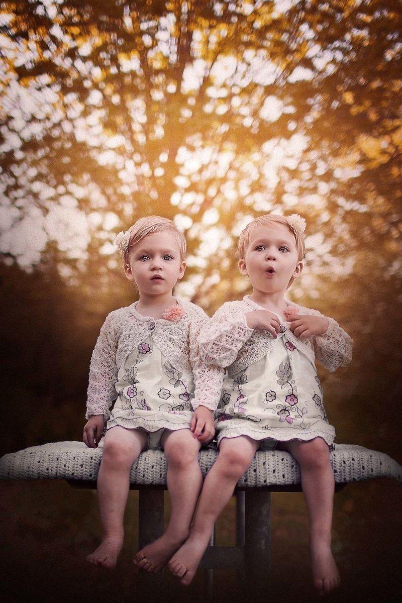Пара близняшек на фото — pic 11