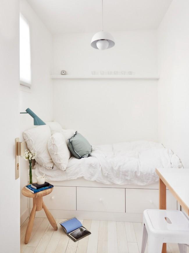 Даже в небольшой спальне можно найти уголок и оборудовать себе рабочее место, можно ограничится всего лишь консолью и стулом