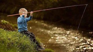 Юный рыбак поймал рыбу на уд…