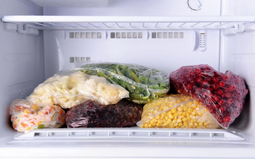 Вода, чашка и монета: простой способ убедиться, что замороженные продукты не испортились, пока вы были в отпуске