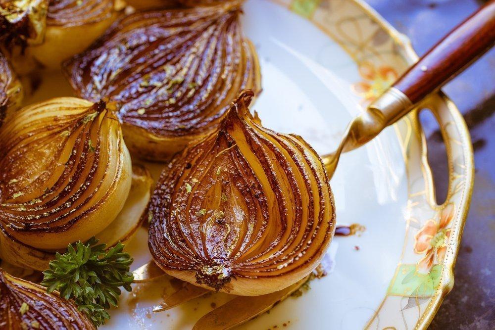 Необычные блюда с репчатым луком: закуска, суп, салат и оладьи