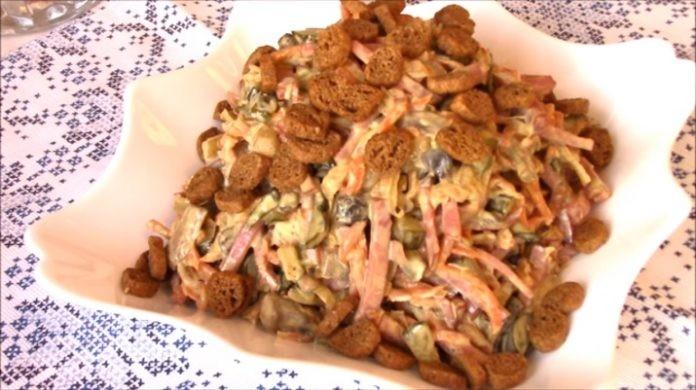 Салат «Обжорка» с сухариками по новому рецепту: все будут в восторге