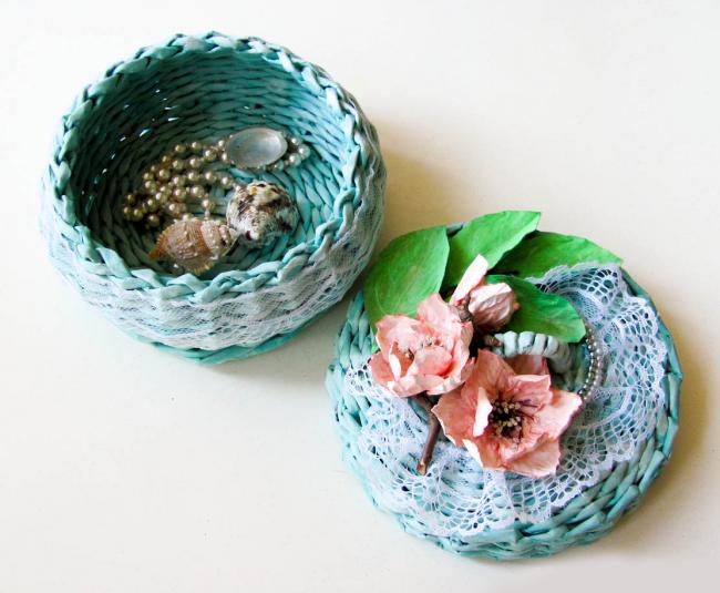 Миловидная шкатулка, украшенная цветами
