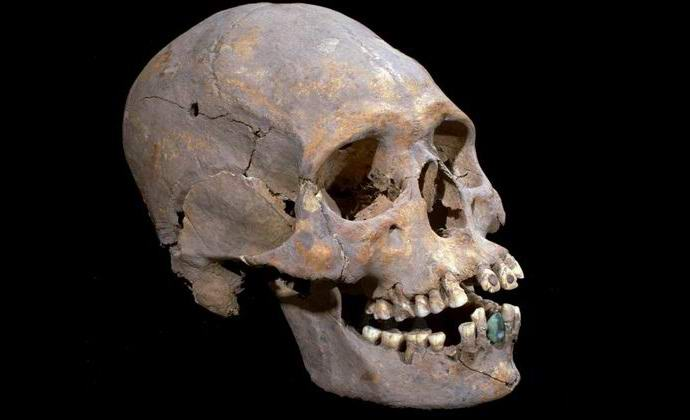 В мексиканской пирамиде нашли череп с нефритовыми зубными протезами