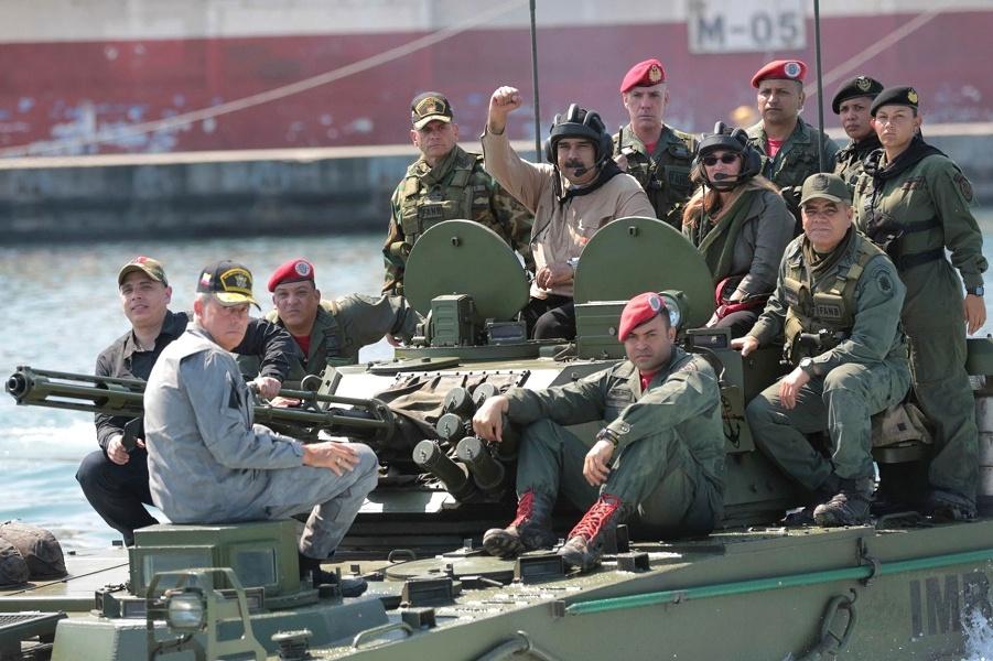 Президент Венесуэлы Мадуро с военными.jpg