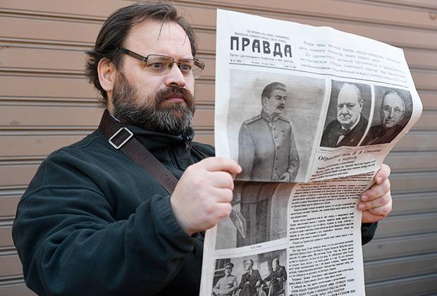 Мужчина с газетой «Правда» во время торжественного открытия памятника генералиссимусу Советского Союза И.В. Сталину на территории обкома КПРФ в Новосибирске.