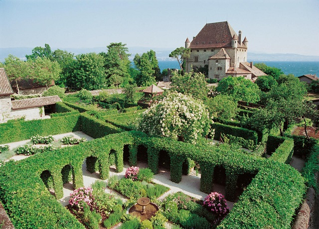 Зеленые комнаты саду со «стенами» из живых изгородей