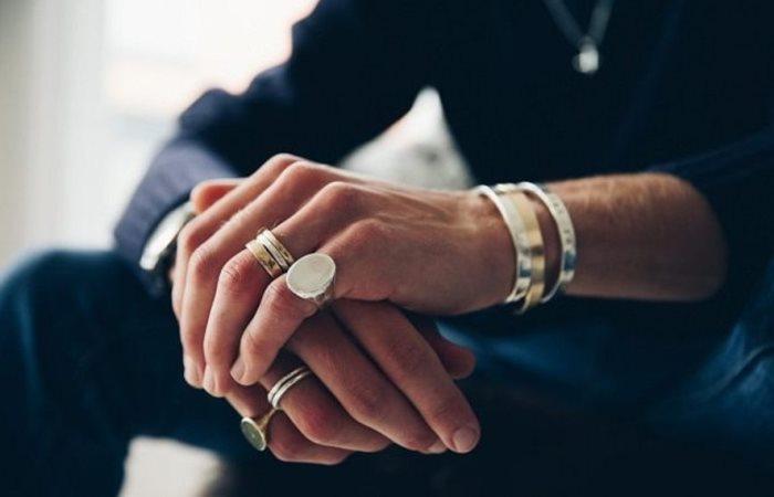 На каком пальце носить: как характеризуют мужчин кольца на разных пальцах