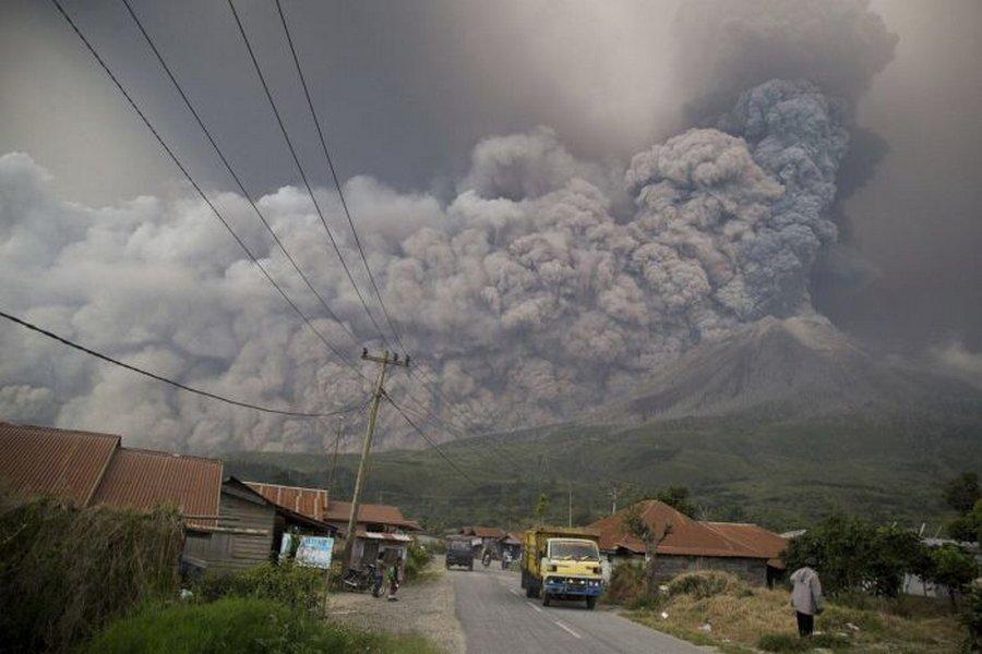 Вулкан Синабунг — опасное извержение, но такое красивое