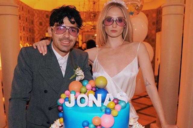 Игры в приставку и фото в обнаженном виде: как Джо Джонас отметил день рождения с женой Софи Тернер