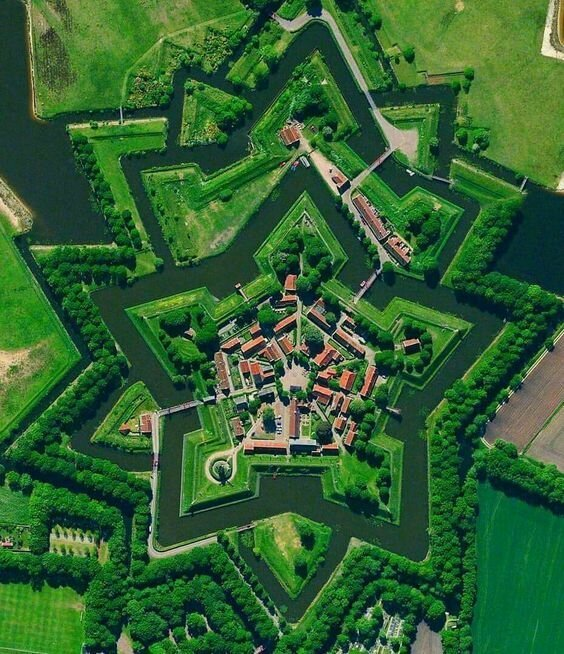 Мы хотели лишь показать красоту с некоторым описанием артиллерия, бастионы, звездчатые крепости, интересное, исторические факты, сооружения, фортификация