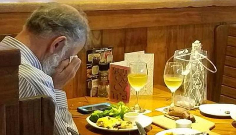 Любовь сильнее смерти: мужчина отметил 14 февраля в ресторане с прахом жены