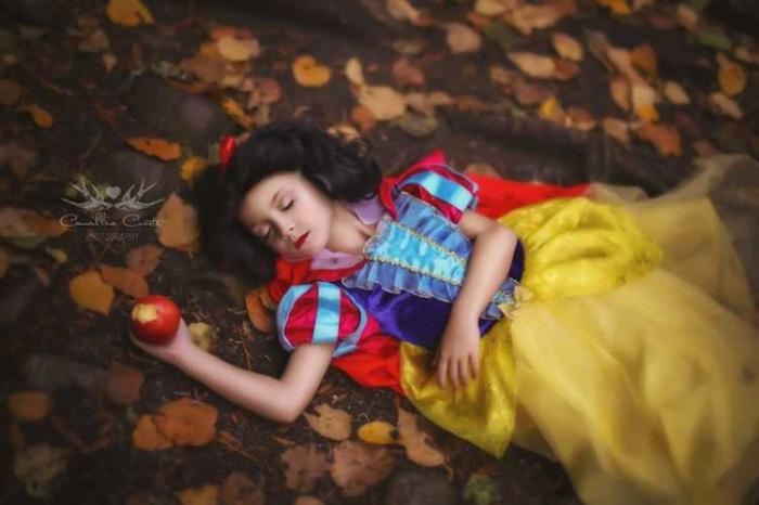 Белоснежка и отравленное яблоко. Автор: Camillia Courts.