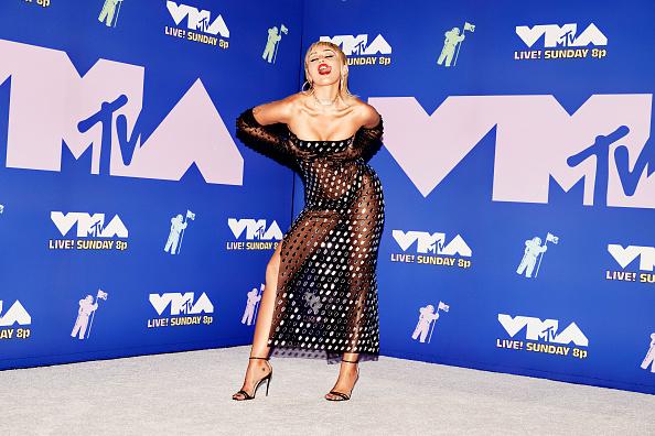 Фото №2 - Эпоха «голых» платьев возвращается: Майли Сайрус в абсолютно прозрачном образе на премии MTV