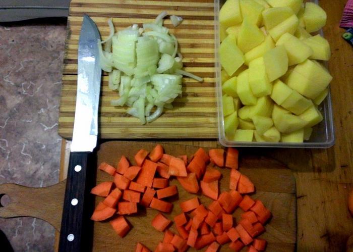 Для приготовления понадобится курица и нарезанные не мелко овощи. |Фото: sunchess.ru