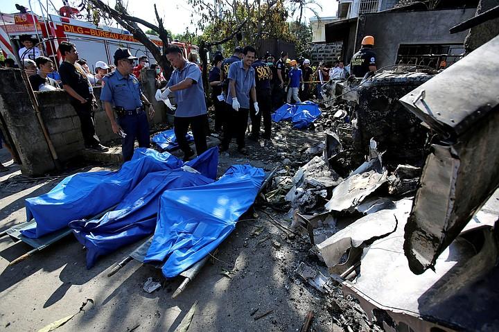 Десять человек погибли в результате крушения самолета на Филиппинах
