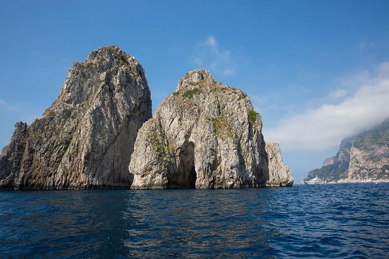 Голубой грот на северном берегу острова Капри в Италии авиатур