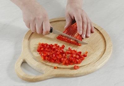 Шаг 2. На доске нарезаем сладкий перец.