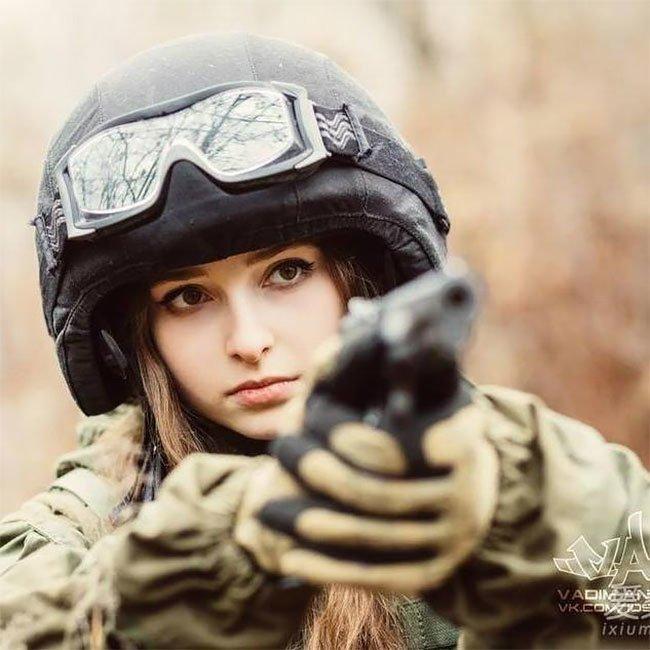 Русская девушка в военной форме Елена Делигиоз покоряет интернет