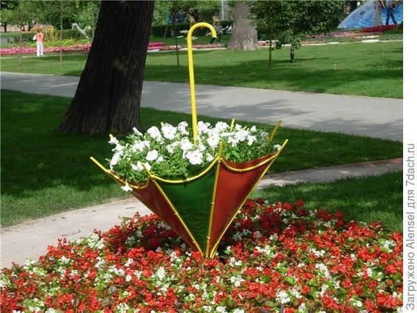 Клумба-зонтик. Фото с сайта zelenyjmir.ru