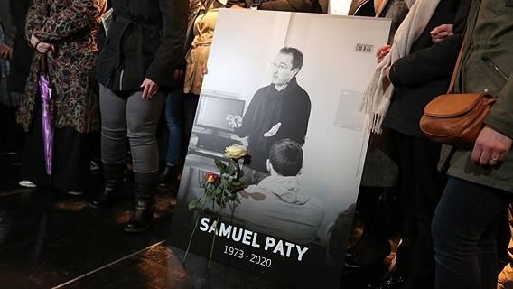 Во французских школах прошли церемонии в память об убитом учителе Самюэле Пати