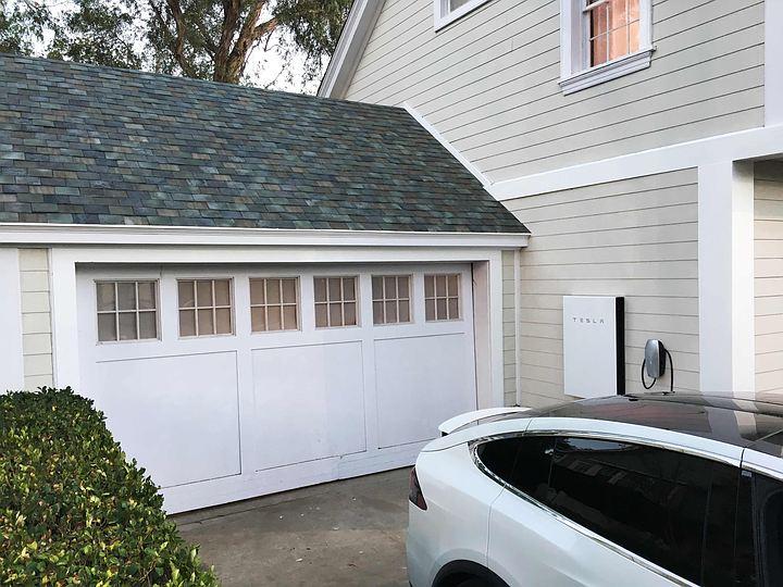 Tesla презентовала цельную солнечную батарею в виде крыши