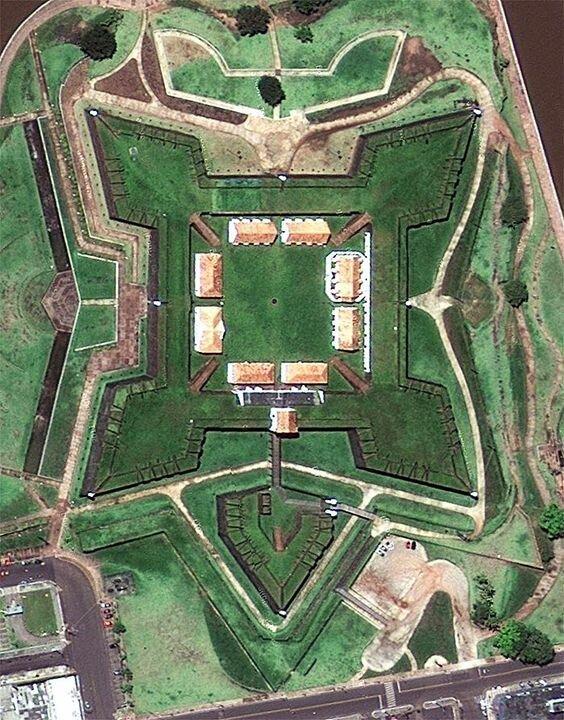 В конце XIV и начале XV века артиллерия начала уже стрелять  каменными, свинцовыми и чугунными ядрами, которые летели почти по горизонтали (по настильной траектории) артиллерия, бастионы, звездчатые крепости, интересное, исторические факты, сооружения, фортификация