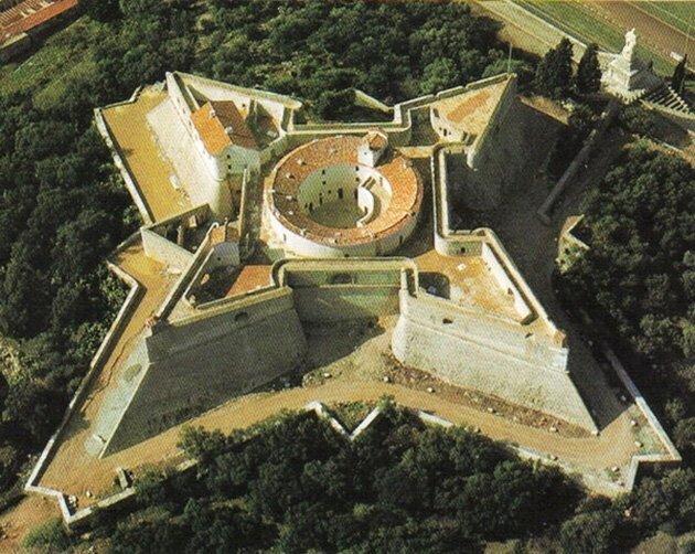 Такой вид сооружений, имеющий звездообразную форму, появился в результате развития артиллерии, то есть появилось новое, более совершенное и стало заменять собою устаревшее артиллерия, бастионы, звездчатые крепости, интересное, исторические факты, сооружения, фортификация