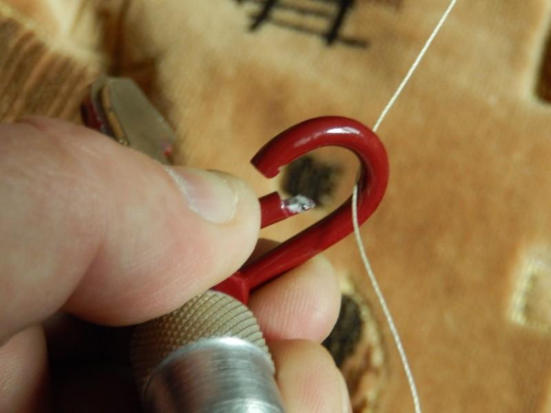 При зацепе воблера, карабин открывается и в него заводится шнур (для наглядности, я привязал...