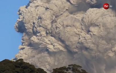 Японский вулкан Симмоэ выбросил столб дыма на высоту более 2 км