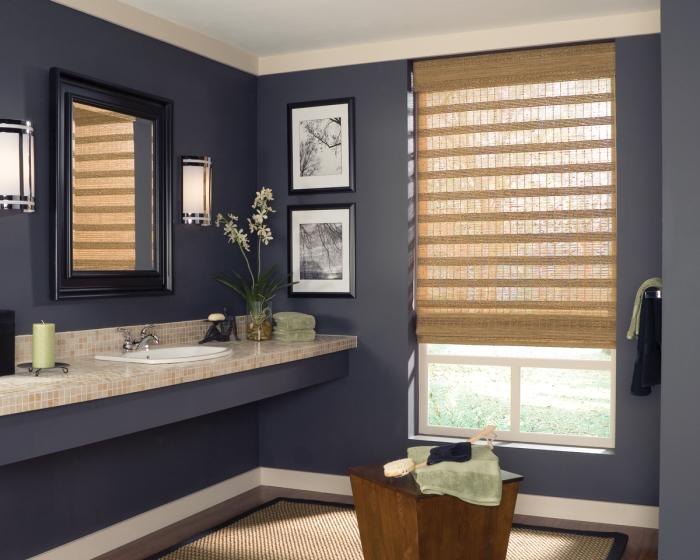 Бамбуковые жалюзи удачно вписываются в классический интерьер ванной комнаты.