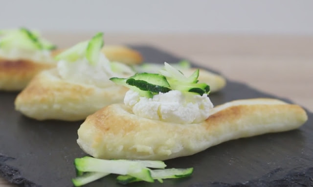 Заверните ложки в слоеное тесто и испеките... Таких тарталеток ваши гости еще не видели — удивите их!