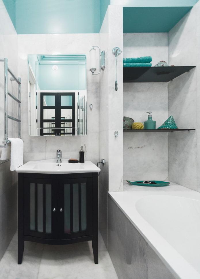 ниша с пластиковыми полками в интерьере ванной