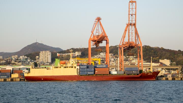 Взрыв и пожар на борту танкера в Южной Корее: что с русским экипажем и как спасали порт