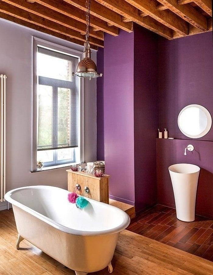 Фиолетовый цвет - является прекрасным фоном для белой сантехники, начиная от ванной, заканчивая раковиной