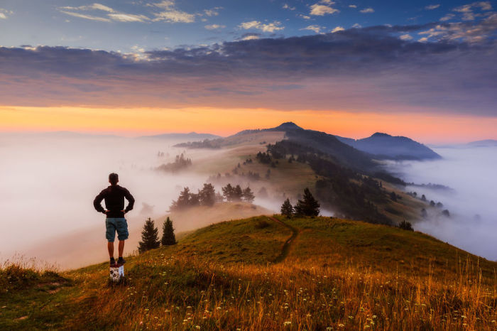 Летний туман, сползающий с горных вершин и открывающий взору горные тропы.