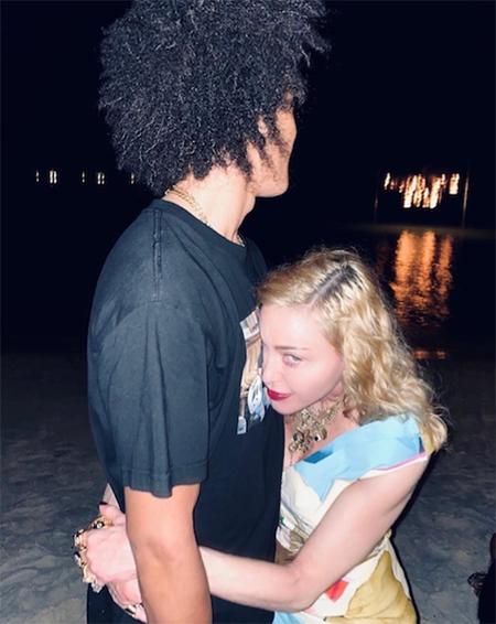 Мадонна поделилась романтичными снимками с бойфрендом в честь его 27-летия Звезды,Звездные пары