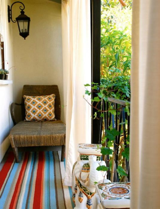 Открытый балкончик с креслом.