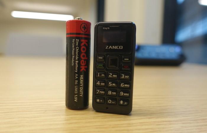 Конструкторы-энтузиасты придумали мобильный телефончик размером с батареечку