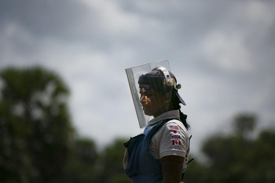 44%  саперов , работающих на минных полях Шри-Ланки , —  это женщины
