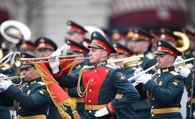 СМИ Британии: англичане живо комментируют военный парад в Москве и речь Путина