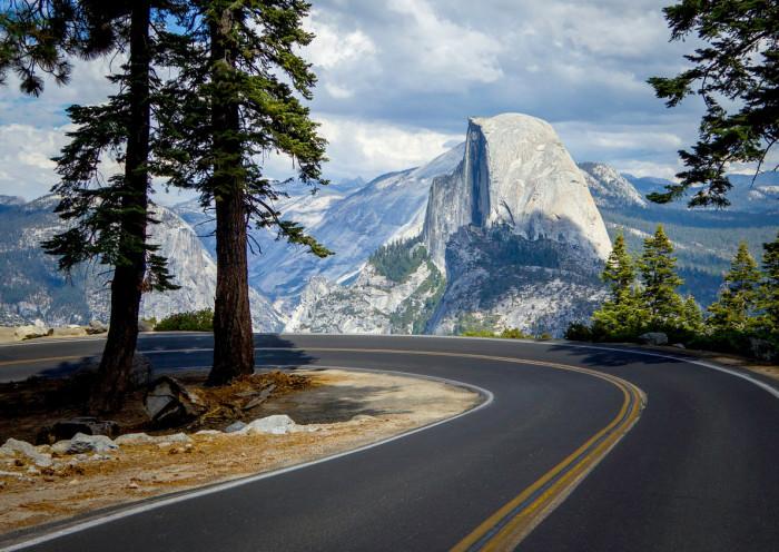 Одна из крупнейших по величине горных вершин — монолитов в Северной Америке высотой в 2307 метров.