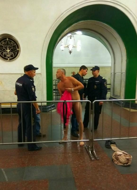 В Москве полицейские догола …