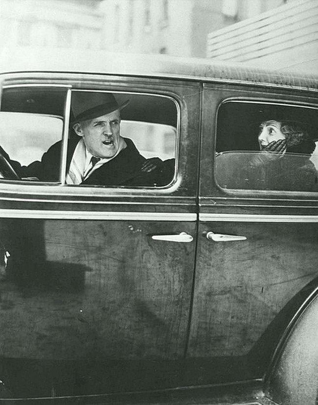 Парижский автомобилист не доволен, 1950 год. Не парламентские выражения. Весь Мир в объективе, ретро, старые фото