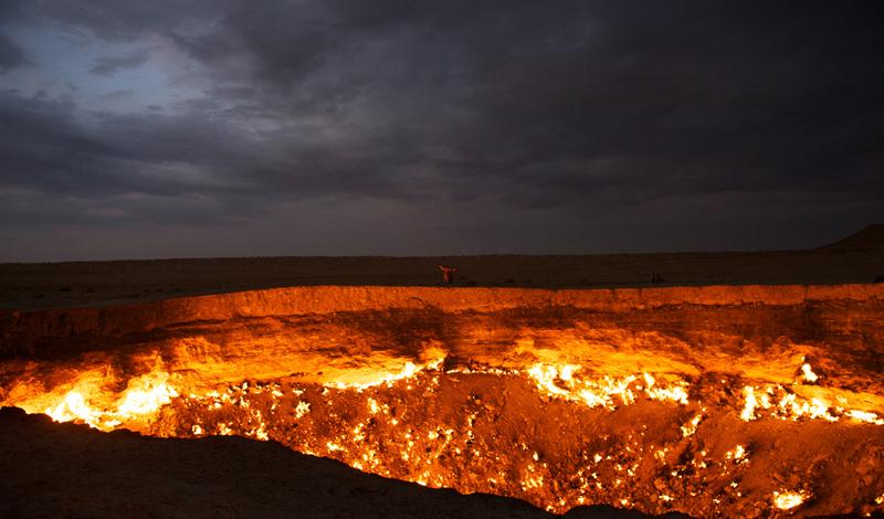 Современное состояние Еще в 2004 году правительство Туркменистана деревеньку Дарваза снесло до основания. Собственно, людей здесь и так не оставалось: даже самые стойкие предпочли перебраться в места поспокойнее. В 2010 году, президент Туркменистана, Гурбангулы Бердымухамедов волевым решением постановил кратер засыпать, ведь там ежесекундно сгорают бесчисленные кубометры драгоценного природного газа. Но, перефразируя известную поговорку, Гурбангулы предполагает, а реальность располагает: Дарваза горит до сих пор и гаснуть не собирается.