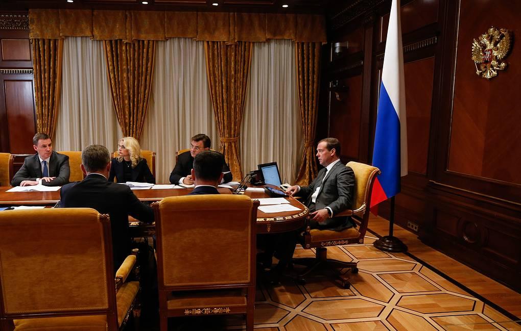Медведев обвинил чиновников в разгильдяйстве при выполнении поручений президента и кабмина