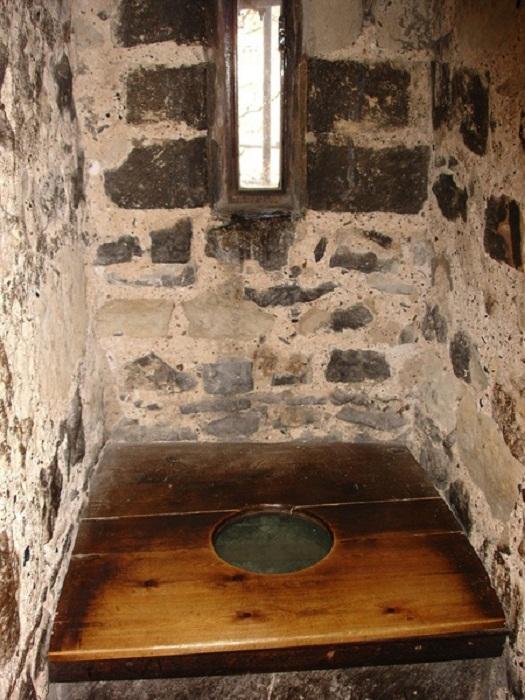 В туалете-гардеробной всегда было окошко – и проветривается, и за врагом наблюдать можно во время осады.   Фото: ancient.eu.