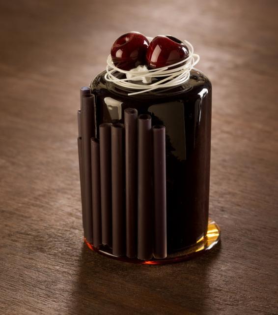 Реалистичные десерты из фарфора и стекла от Шайны Лейб